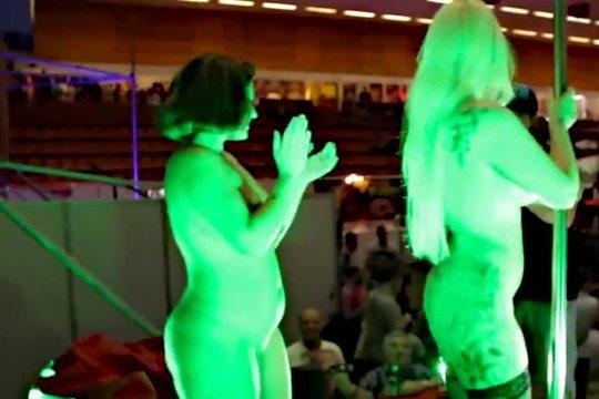 Грудастые стриптизерши вылизали друг другу киски, а потом отсосали у зрителя прямо на сцене