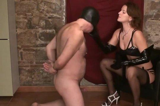 Властная Госпожа на каблуках жестко пиздит раба по лицу и крутит ему соски