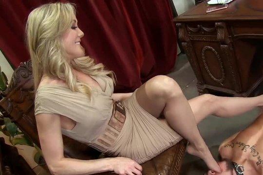 Зрелая блондинка заставляет раба лизать ее ножки