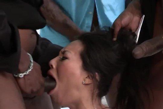 Негры жестко разъебали азиатку в рот, отлизали кису и обкончали лицо