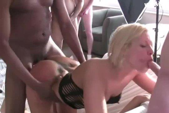 Дико трахают толпой тупую блондинку в ганг банг порно