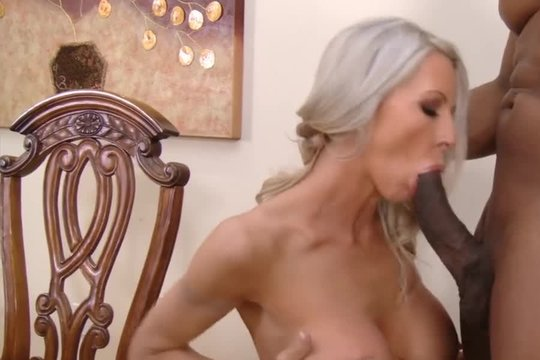 Зрелая блондинка с силиконовыми сиськами лихо отдалась молодому негру