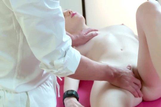 Зрелый массажист ласкает худую блондинку умелыми руками, но не решается ебнуть