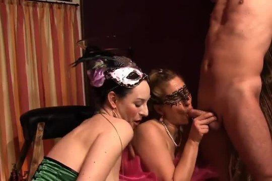 Госпожа устроили для пары МЖ доминантный секс с использованием плетки