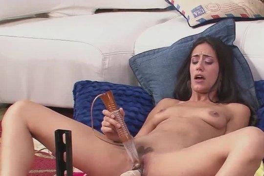 Стройная брюнетка ебет себя секс машиной и еще помогает вибратором