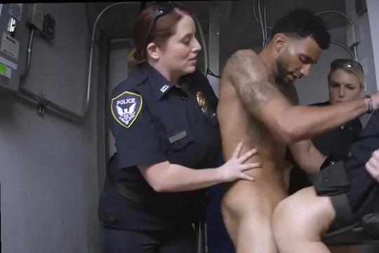 Зрелые бабы полицейские сосут заключенному мулату и дают ебать