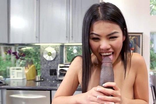 Азиатка брюнетка с длинными волосами сосет большой черный член и пускает в вагину