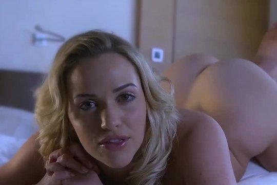 Красивая гибкая блондинка принимает душ, показывает свое шикарное тело и нежится в постели