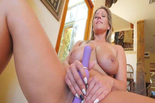 Зрелая блондинка с натуральной грудью тестирует новые секс игрушки