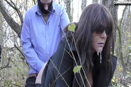 Зрелая брюнетка в очках ебется в лесу с двумя бандитами