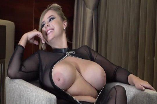 Блондинка с большой натуральной грудью показывает свои формы