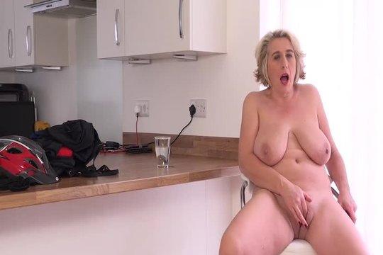 Зрелая домохозяйка Camilla Rainy мастурбирует на кухне