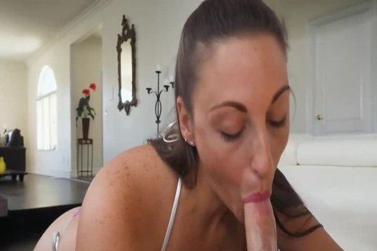 Зрелая мамка брюнетка сосет член своему сыну в порно от первого лица