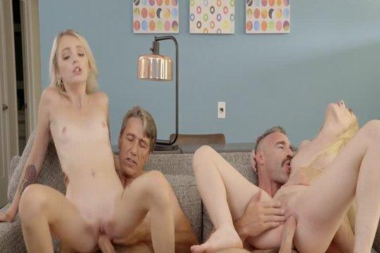 Блондинка Emma Starletto на пару с подругой развлекаются с возрастными ебарями