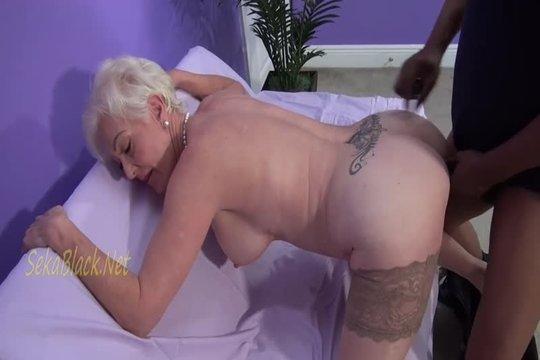 Зрелая блондинка с большой грудью попросила негра доктора избавить от недоеба