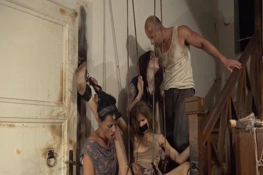 Зрелая пара маргиналов пользуется связанной секс рабыней