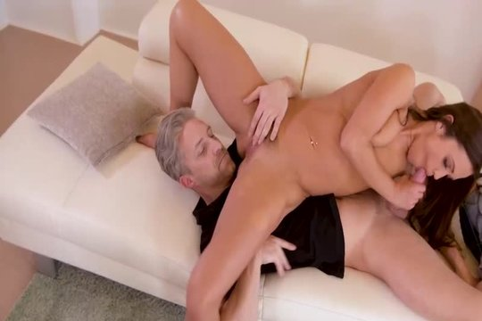 Спортивная блондинка Alyssa Reece развлекается со зрелым сожителем