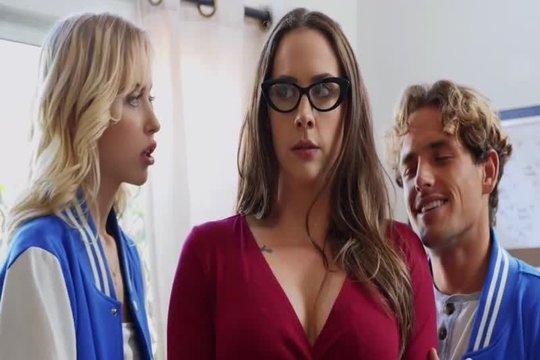 Пара студентов устроили ЖМЖ порно со зрелой блондинкой преподшей