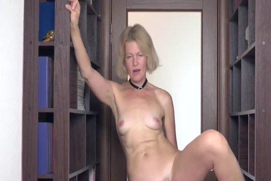 Зрелая блондинка Diana Douglas теребит свою волосатую пизду пальцами