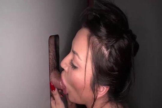Зрелая брюнетка умело доводит до оргазма 10 членов в свинг клубе и глотает сперму