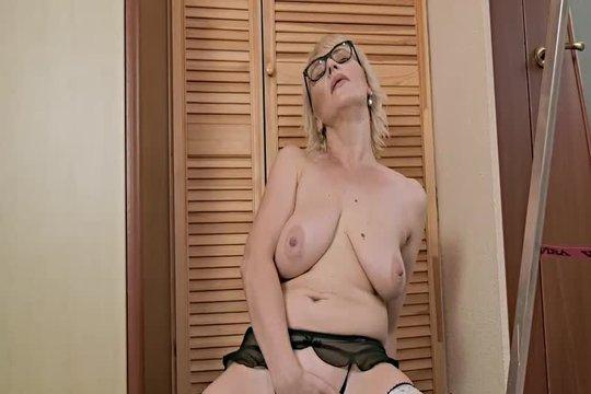 Зрелая блондинка в очках теребит бритую письку в мечтах о молодом
