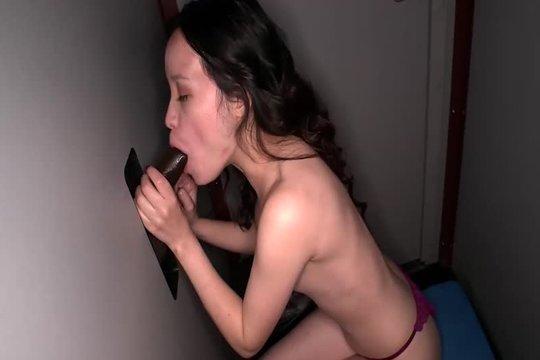 Зрелая азиатка по очереди сосет 9 членов через дырку и глотает сперму