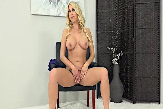 Зрелая блондинка Katie Morgan обнажилась на порно кастинге