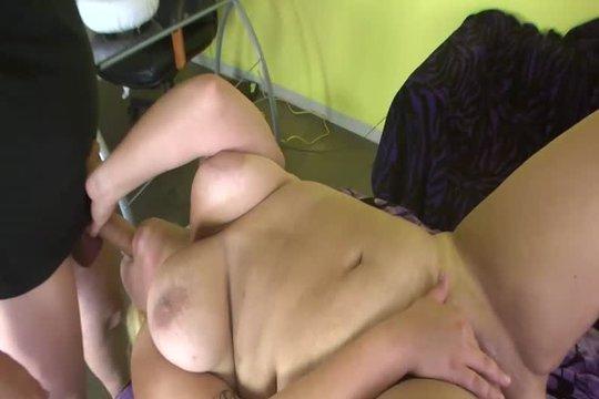 Толстая блондинка Jade Rose развратно ебется со зрелым партнером и лижет ему очко