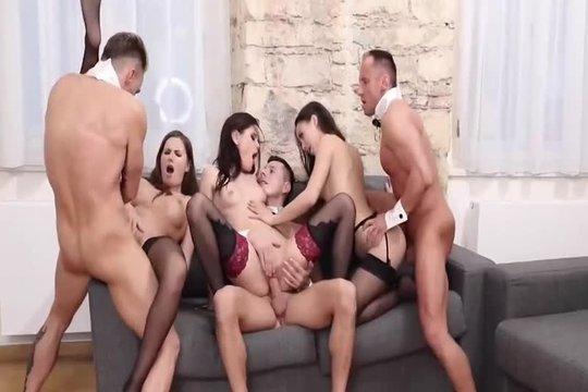 Три брюнетки в чулках устроили горячее свинг порно со своими ебарями
