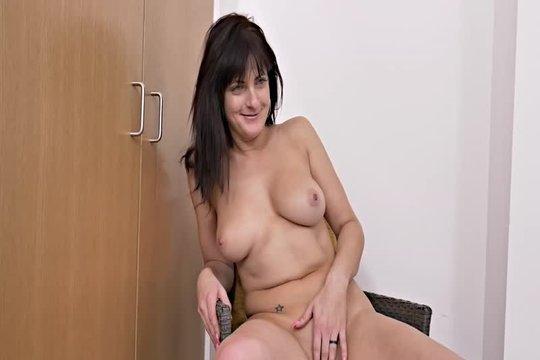 Зрелая брюнетка с красивой грудью показала свое тело на порно кастинге