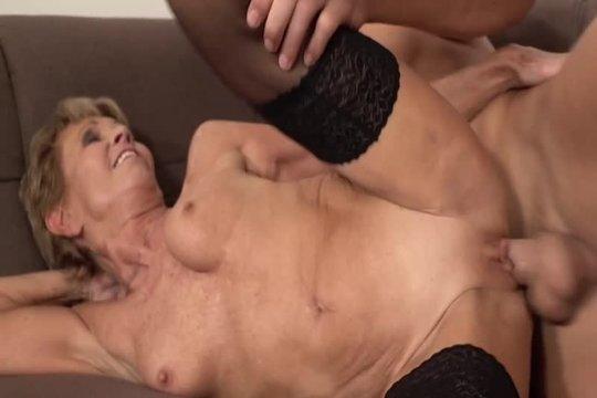 Зрелая блондинка лет 60 завела молодого любовника