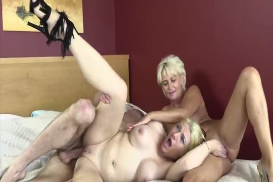 Две зрелые блондинки на каблуках устроили МЖМ секс с молодым партнером