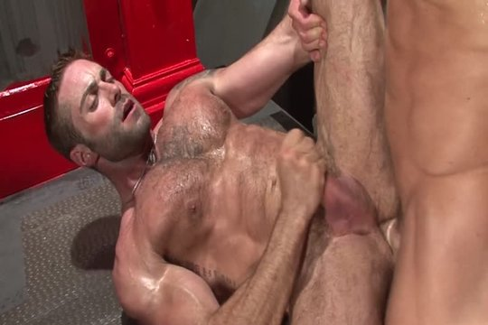 Накачанный гей наслаждается хорошим членом в своем очке