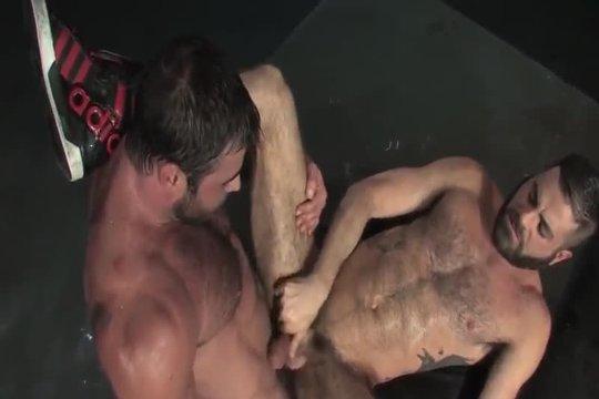 Накачанный гей трахает друга в очко в презервативе после минета