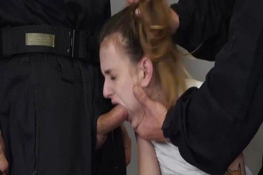 Два охранника жестко выебали в рот и пизду стройную блондинку