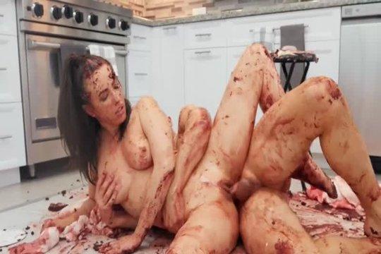 Ебнутая брюнетка обмазалась кетчупом на кухне и ебется с сожителем