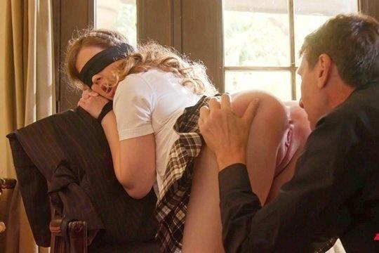 Строгий отец развлекается с дочерью студенткой Devon Green, надев на нее наручники