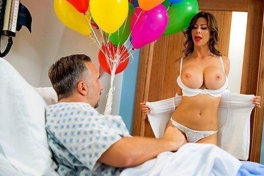 Зрелая медсестра с большой грудью Alexis Fawx поставила на ноги больного