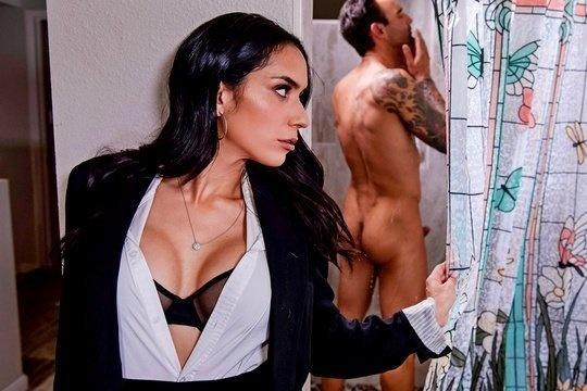 Брюнетка с красивой грудью Tia Cyrus напала на парня подруги в ванной