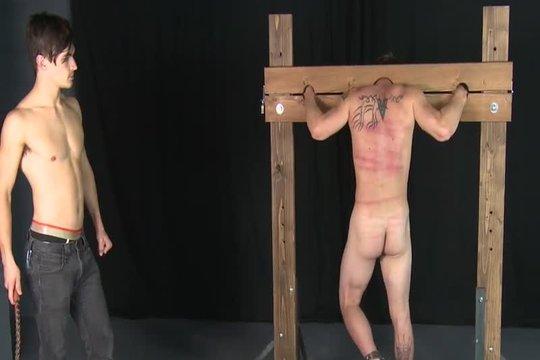 Обиженный гей наказал друга за измену плеткой по спине