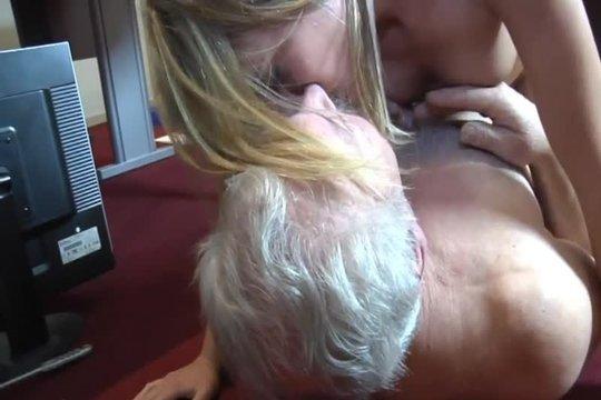 Дед совратил внучку блондинку и испортил ей всю жизнь