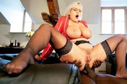 Блондинка с большими сиськами Angel Wicky трахается в жопу с негром