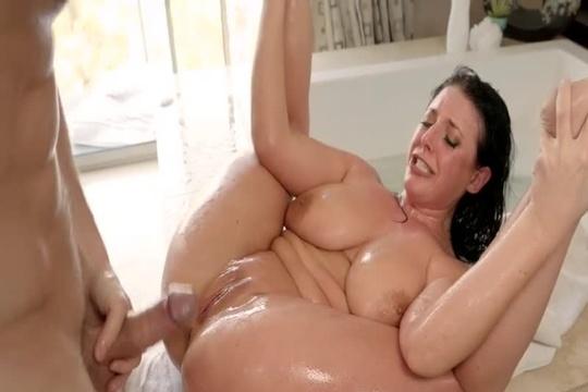 Брюнетка с натуральной грудью Angela White кончила сквиртом от жесткого секса в ванной