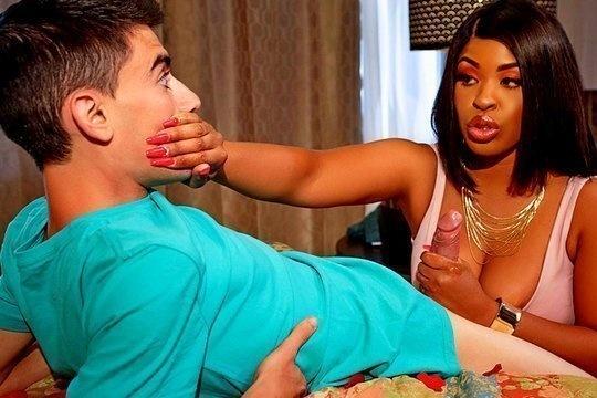 Сочная негритянка с большой грудью Aryana Adin ебется со студентом за бабки
