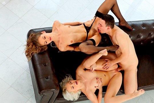 Молодчик развлекается с двумя шикарными блондинками БИ на диване