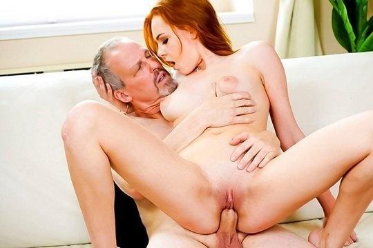 Отец ебет дочку с рыжими волосами Candy Red и кончает ей на лицо