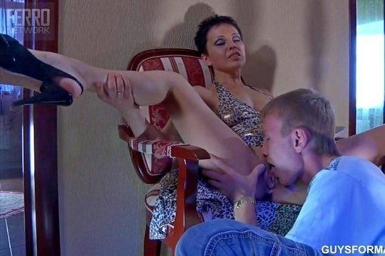 Русская мамка развлекается с сыном пока отец на работе