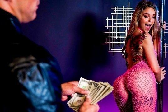 Блондинка стриптизерша Kali Roses трахнулась с клиентом клуба