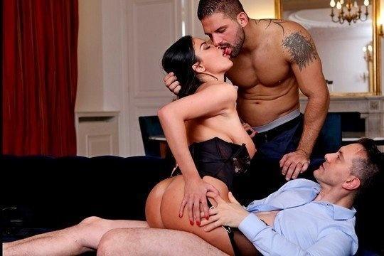 Жгучая брюнетка Anissa Kate расслабляется в формате МЖМ порно