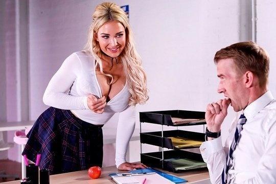 Блондинка с силиконовыми сиськами Amber Jade трахнулась с худым преподом